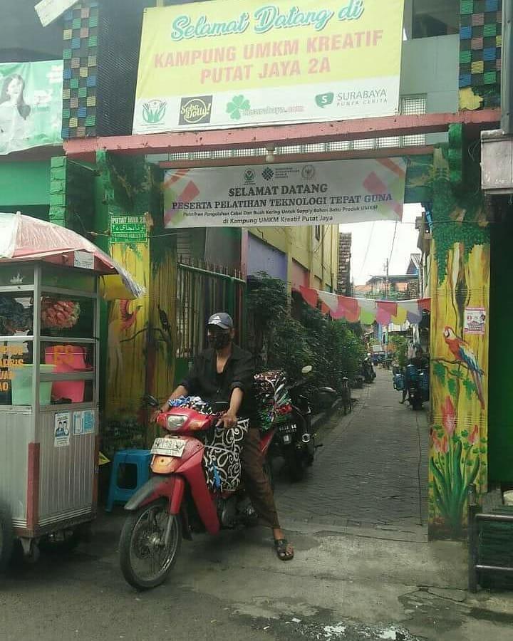 Warga Kampung UMKM Kreatif Putat Jaya Tetap Produktif di Masa PPKM